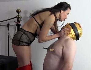 Maitresse jane encule son soumis et lui malaxe les couilles